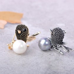 Vintage bird-shaped brooch with pearl